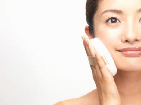 Dudak kenarlarına pudra sürün!  Eğer yüzünüze pudra sürecekseniz, dudak kenarlarınıza da pudra sürebilirsiniz. Böylece rujun akma riskini azaltmış olursunuz.